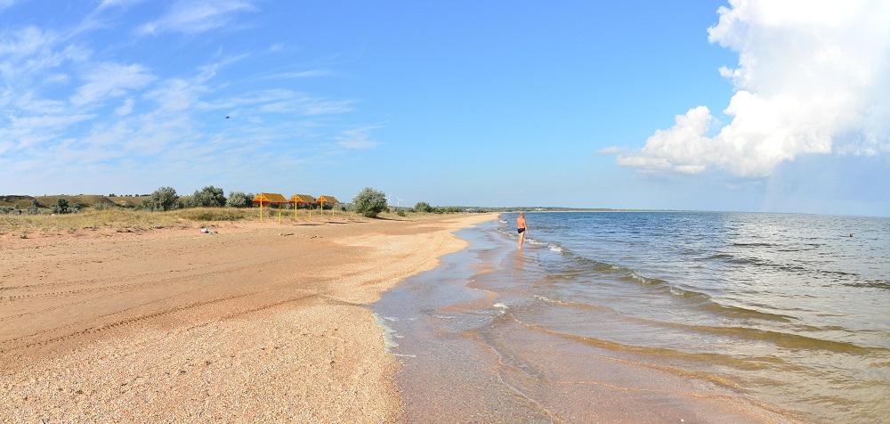 Песчаный пляж в Новоотрадном